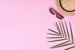 carambola de frutas, acessórios de praia e folhagem de planta tropical em papel colorido foto