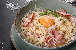 Macarrão Carbonara. espaguete com bacon, ovo, salsa e queijo parmesão foto