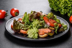 deliciosa salada fresca com peixe, queijo, tomate e folhas de alface foto