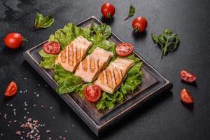 deliciosa salada fresca com peixe, tomate e folhas de alface foto