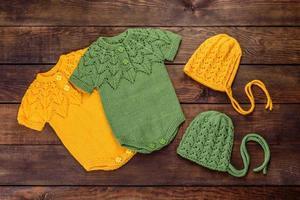 roupas de malha feitas de fios de lã natural para um bebê recém-nascido foto