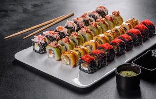 comida japonesa com abacate, camarão, caranguejo e salmão foto