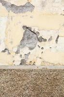 velha parede amarela deteriorada foto