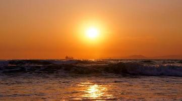 paisagem de silhueta de navio de carga do horizonte do mar do sol. foto