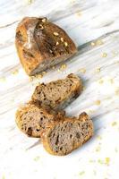 delicioso pão fresco no fundo de mármore. estilo de vida de dieta saudável. foto