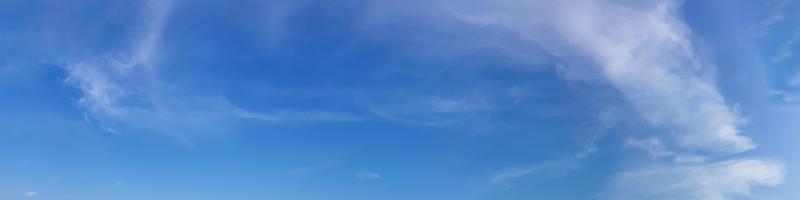 céu panorâmico com nuvem em um dia ensolarado. foto