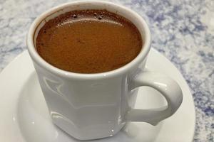 tradicional café turco em xícara branca foto