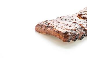 Carne de porco grelhada e churrasco isolada no fundo branco foto