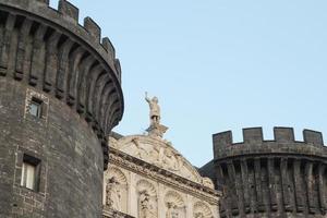 o castelo medieval de maschio angioino em nápoles foto