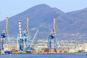 porto de nápoles com guindaste foto