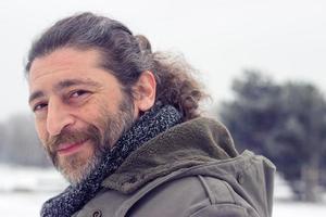retrato de um homem bonito de meia-idade com barba por fazer foto