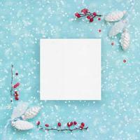 cartão de natal ou banner pinhas brancas e bagas vermelhas foto