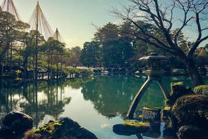 o kotoji toro, uma lanterna de pedra de duas pernas na cidade de Kanazawa, no Japão foto