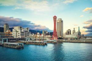 horizonte do porto de kobe na área de osaka, kansai, japão foto
