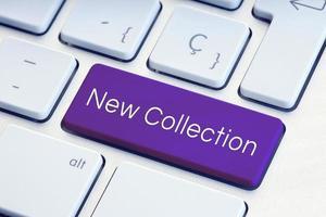 nova frase de coleção na tecla roxa do teclado do computador foto