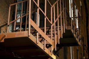 velha escada de incêndio de metal enferrujado foto