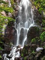 cachoeira nideck perto das ruínas do castelo medieval na alsácia foto