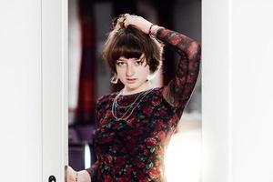 jovem posando em um grande salão. juventude e beleza. foto
