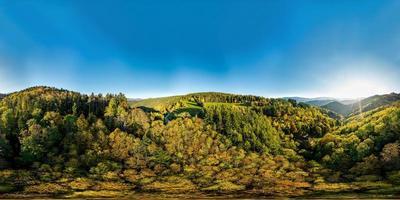 Vista panorâmica de 360 graus sobre um vale multicolorido nos Vosges. foto