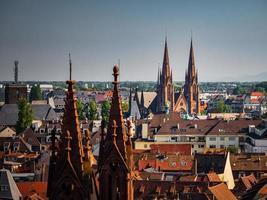 vista aérea da cidade de Estrasburgo. dia ensolarado. telhados vermelhos. igreja reformada são paulo foto