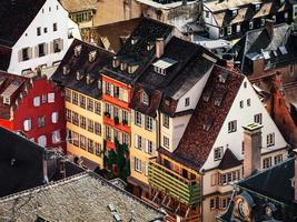 vista aérea da cidade de Estrasburgo. dia ensolarado. telhados vermelhos. foto