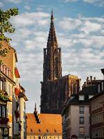 a majestosa catedral de estrasburgo ergue-se acima da cidade. foto