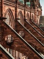 contrafortes e outros elementos góticos da catedral mais alta, strasbourg. foto
