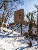 paisagem montanhosa com as ruínas de um castelo medieval no vosges. foto