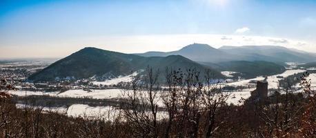 vista panorâmica do castelo ortenburg no vosges. foto