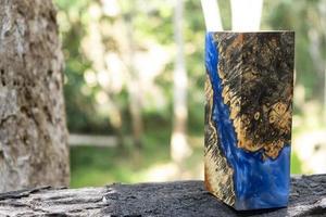 fundição de resina epóxi estabilizadora burl afzelia madeira cor azul arte abstrata fundo para espaços em branco foto