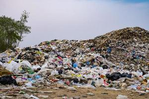 montanha poluída grande pilha de lixo e poluição foto