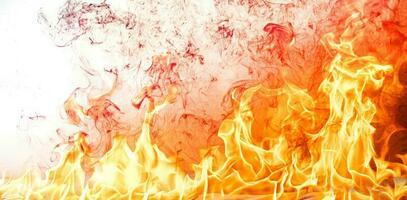 fogo chamas com fumaça em fundo preto foto