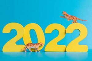 tigre em miniatura e número 2022, o ano do tigre, ano novo chinês foto