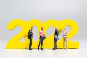 executivos em miniatura no número 2022 foto