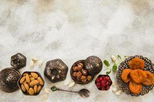 damascos secos com nozes na mesa foto