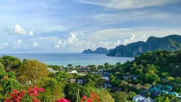 vista panorâmica do ponto de vista de alto ângulo na ilha de phi phi. foto