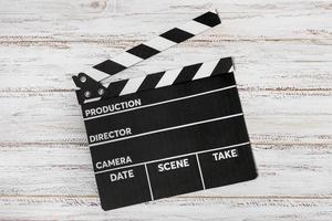 claquete para filmes na mesa de madeira foto