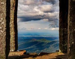 monumento no pico da montanha donon em vosges, frança foto