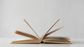 livro aberto com fundo branco foto
