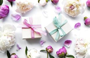 peônias e caixas de presente foto