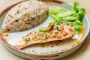 Quinoa arroz frito com salmão cozido no vapor com molho de pimenta e limão - estilo de comida saudável foto
