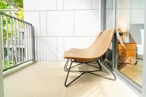 cadeira de pátio externa vazia na varanda foto