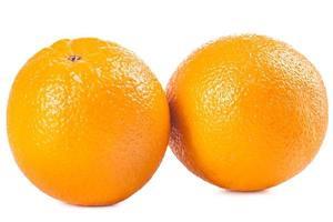 laranjas maduras em fundo branco foto