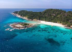 vista aérea da ilha racha noi em phuket, tailândia, no verão. foto