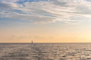 bela luz ao pôr do sol no mar no verão. foto