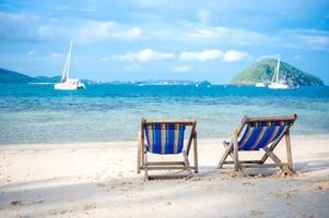 cama de praia na areia branca foto