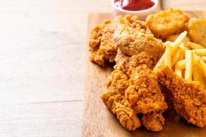 frango frito com batata frita e refeição com nuggets - junk food e alimentos não saudáveis foto