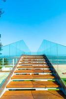 passarela vazia e escada com fundo de ponto de vista do mar foto
