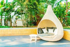 Decoração de arco de cadeira de pátio externo no jardim foto
