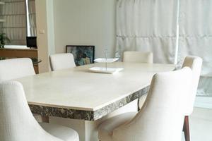 mesa de jantar na sala de jantar em casa foto